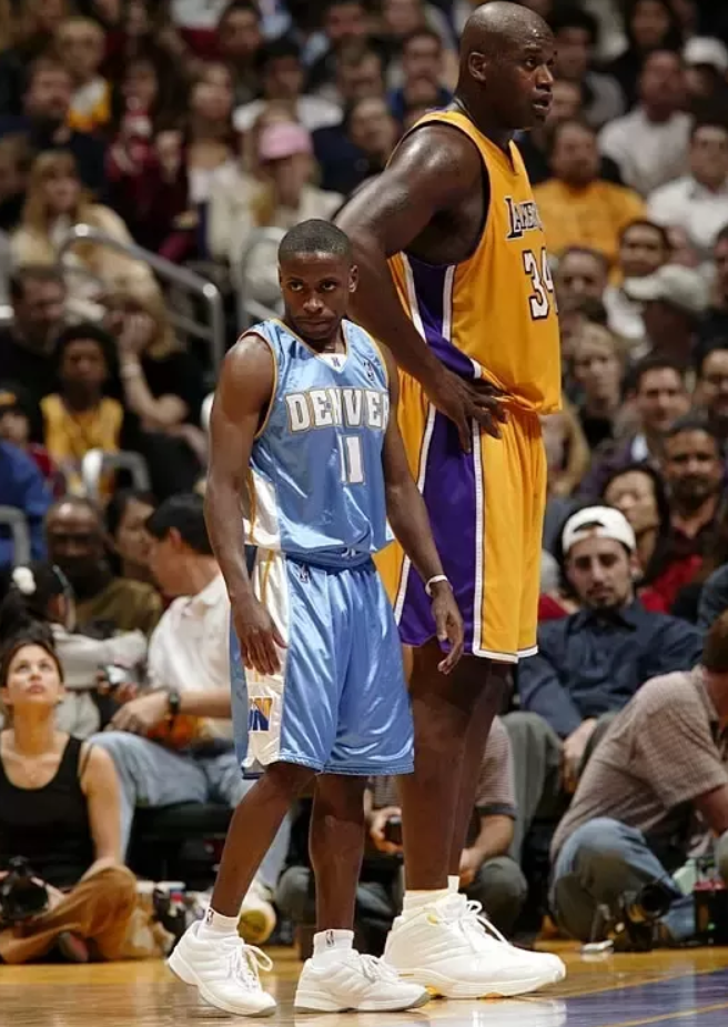 Earl Boykins posted up next to Shaq